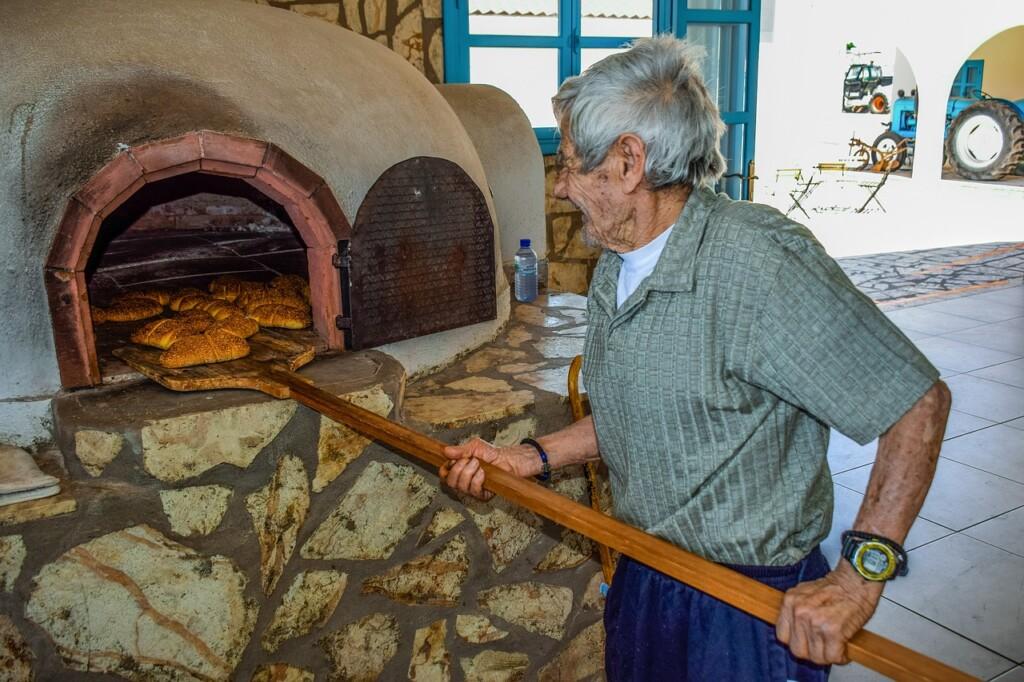 Kopulasty kształt pieca igliniane ściany równomiernie akumulują ciepło. Tu: piekarz na Cyprze