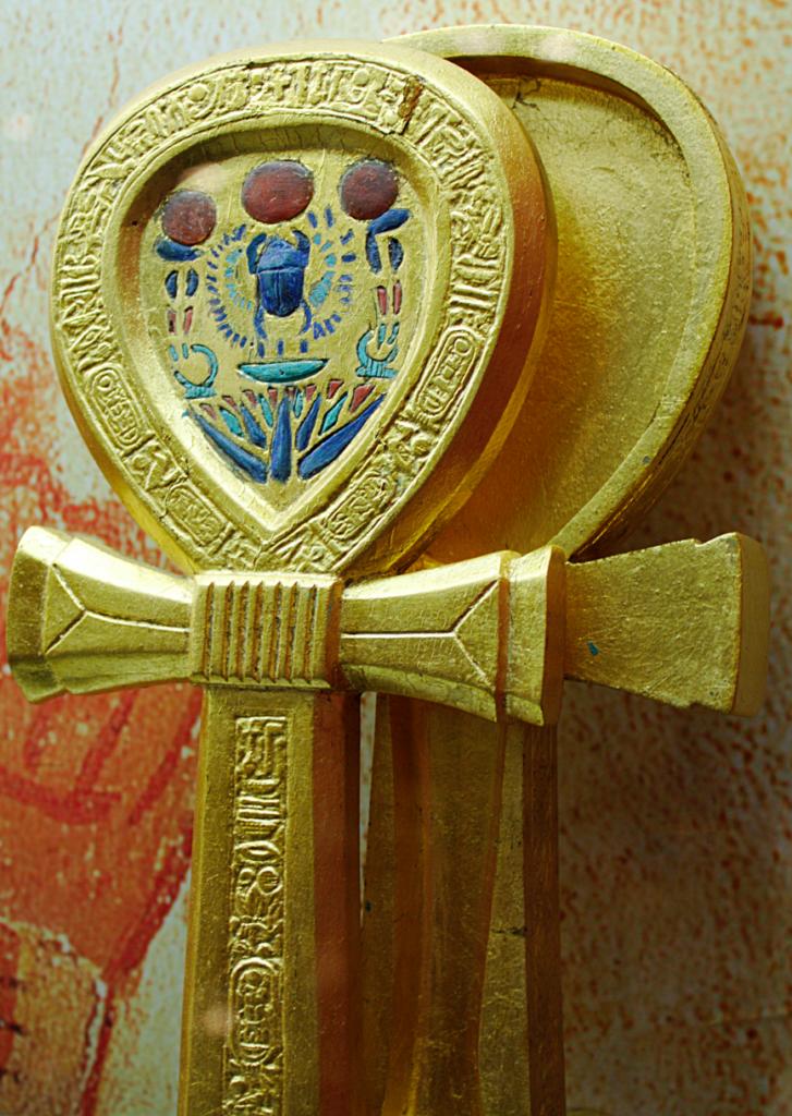Rekonstrukcja futerału na lustro wkształcie symbolu Anch, znalezionego wgrobowcu Tutenchamona