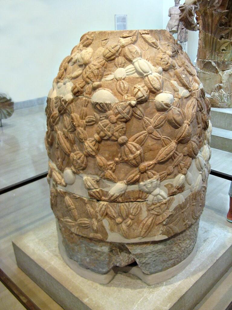 Pępek świata – półokrągły kamień zDelf – starożytni Grecy nazywali omfalosem. Według mitologii dwa orły wypuszczone przez Zeusa zdwóch krańców ziemi spotkały się właśnie wDelfach.