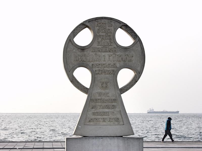 Pomnik upamiętniający Cyryla iMetodego nad Zatoką Salonicką wpółnocnej Grecji.