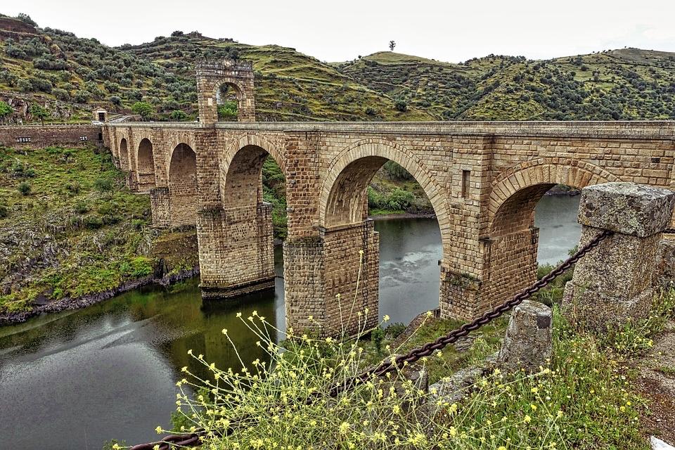 Nazwa hiszpańskiego miasta Alcántara (region Estremadura) pochodzi od arabskiego słowa  القنطرة al-kantara, oznaczającego most.