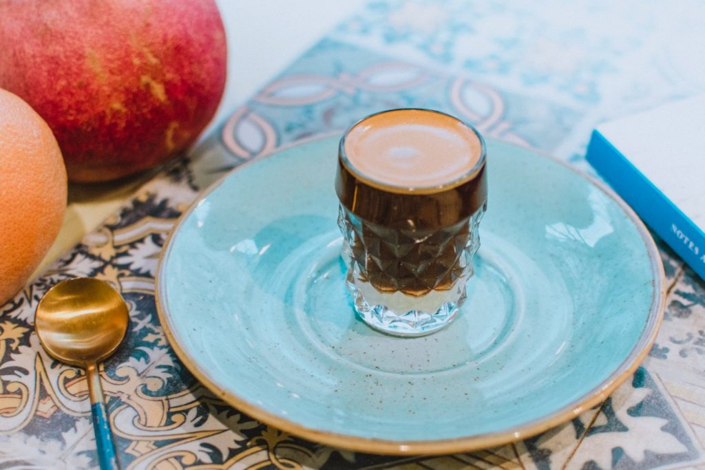 Poniedziałki bywają trudne – warto je osłodzić! 🍬 Co powiesz na pyszną café bombón, czyli espresso podawane na sposób hiszpański, ze słodkim mlekiem skondensowanym? ☕ 🇪🇸 Zamów ją do śniadania, kup Notes Andaluzyjski (dostępny unas wszafie, wystarczy poprosić obsługę) ina naszych kolorowych azulejos spisz plan podbijania świata..