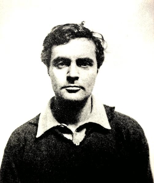 """Modiglianiego często zwano """"Modi"""", co kojarzyło się zfrancuskim przymiotnikiem maudit, czyli """"przeklęty"""". Malarz stał się symbolem geniusza, który niszczył swoje własne życie. Umarł w1920 roku wwieku zaledwie 35 lat, zabity przez gruźlicę oraz uzależnienie od alkoholu oraz narkotyków."""