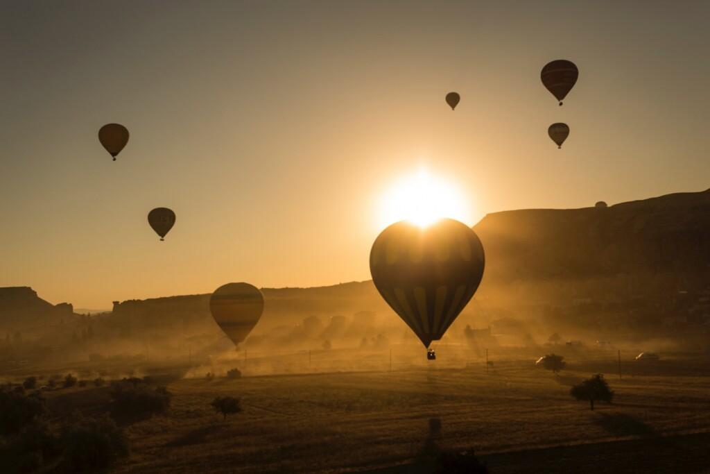 """Od Dedala po Leonarda da Vinci – skonstruowanie maszyny latającej przez wieki było marzeniem wynalazców. Spełniło się ono dopiero 5 czerwca 1783 roku we francuskim Annonay, gdy wniebo uniósł się balon na gorące powietrze – dzieło braci Montgolfierów. Balon wzniósł się wtedy na wysokość 2000 mi wczasie 10-minutowego lotu przebył niemal 2 kilometry. Choć od tej pory lotnictwo, nomen omen, rozwinęło skrzydła, ten przełomowy wynalazek (zwany długo """"mongolfierą"""") do tej pory cieszy się popularnością. Szczególnie wKapadocji, gdzie niemal każdy dzień świętuje się wypuszczeniem wniebo setek balonów."""