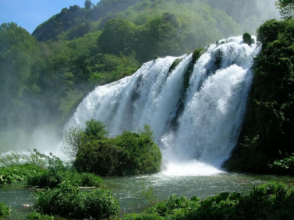 Trzystopniowa Cascata delle Marmore nie spływa po marmurze, ale biała, wapienna skała, po której toczą się złoskotem wdół wody Velino lśni tak, że wnazwie wodospadu marmur się pojawił.