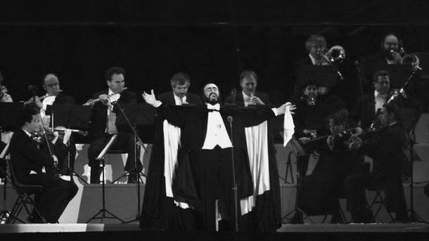 Pavarotti ze swoją ulubioną białą chusteczką na otwarciu olimpiady wTurynie w2006 roku
