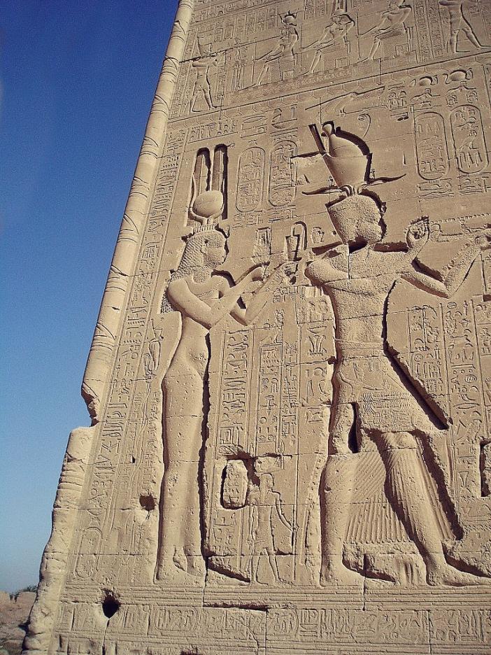 Wizerunki Kleopatry iCezariona na ścianie świątyni wDenderze