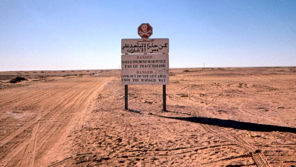 Początek drogi prowadzącej przez Tanizruft po stronie algierskiej. Znak ostrzega przed nie zbaczaniem zwyznaczonej trasy.