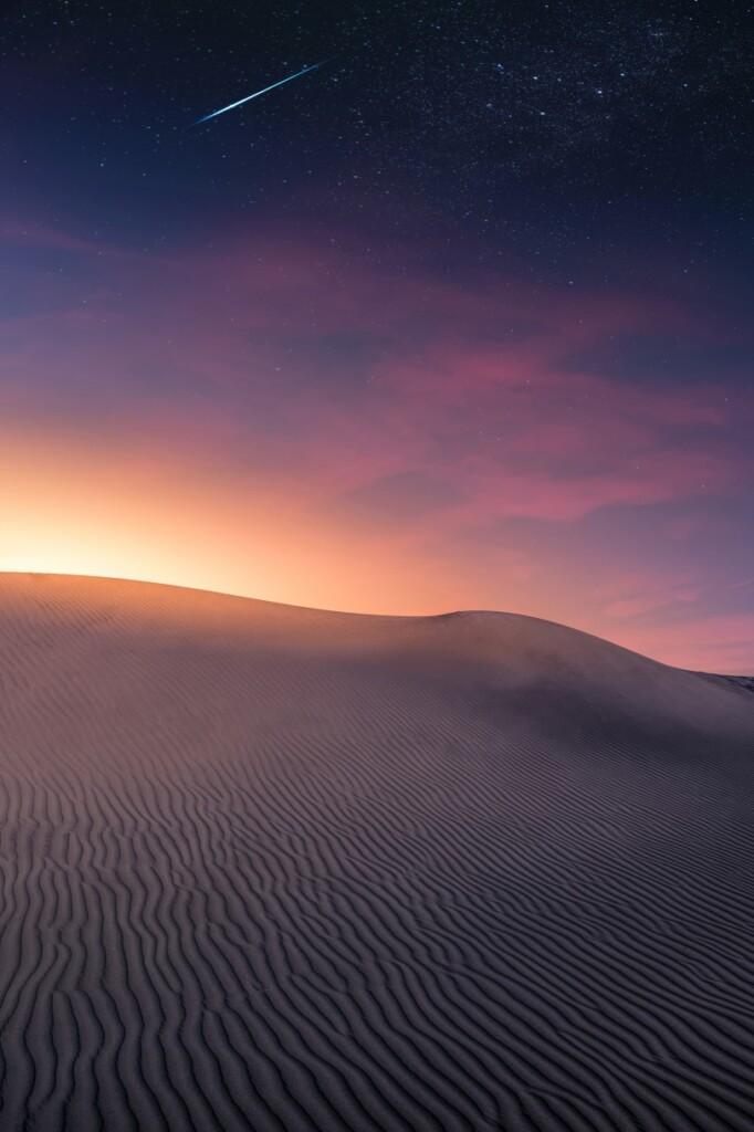 Świt nad Saharą. Kolejny dzień będzie znowu upalny, choć wniektórych wyższych pasmach górskich Sahary może padać śnieg! 18 lutego 1979 r. na niskich wysokościach pustyni Sahary po raz pierwszy pojawiły się opady śniegu. W2012 r. ponownie śnieg spał wAlgierii.
