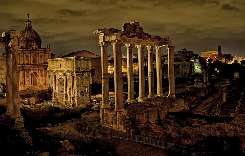 Sny wstarożytnym Rzymie zajmowały do tego stopnia istotne miejsce wżyciu ówczesnego społeczeństwa, że dyskutowano onich publicznie, poruszano właźniach iszaletach miejskich. Sny zaprzątały umysły takich osobowości, jak Cyceron, który poświęcił im całe dzieło. Do znaczenia sennych marzeń przykładał ogromną wagę także sam pater patriae, Oktawian August, który nałożył nawet specjalny obowiązek opowiadania publicznie snów dotyczących spraw państwowych.
