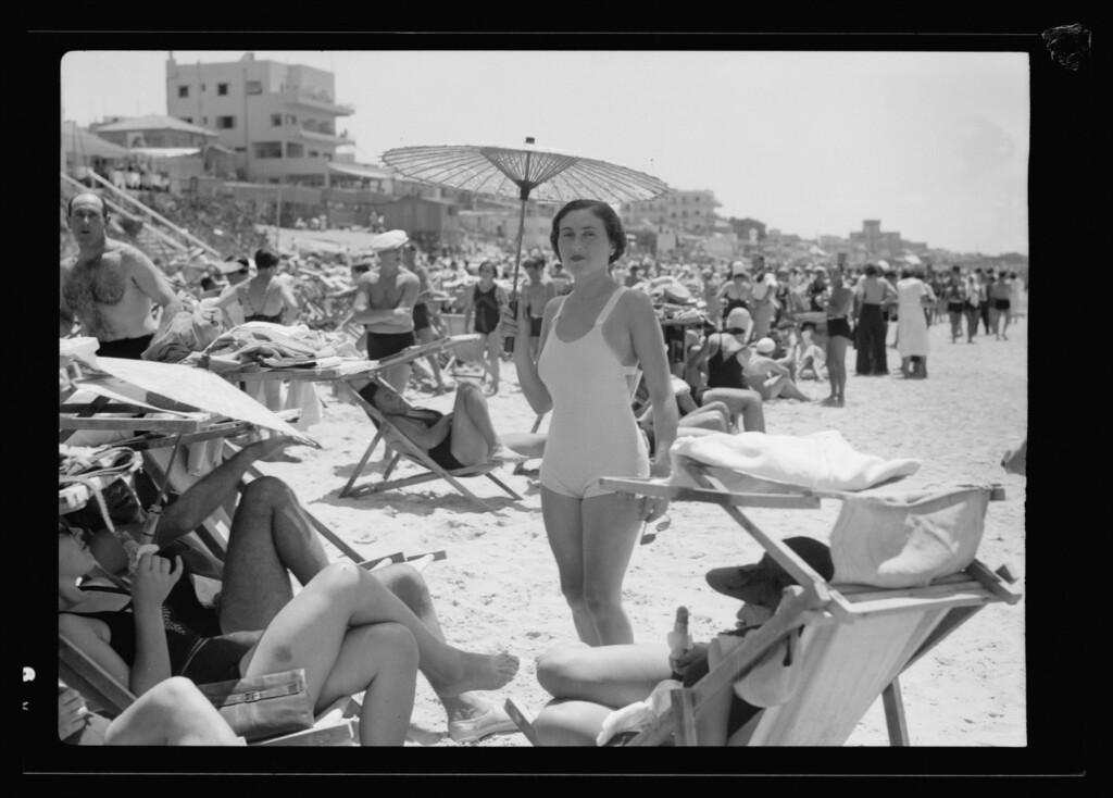 Kobieta pod parasolem na plaży wTel Awiwie, LC (mat. prasowe)