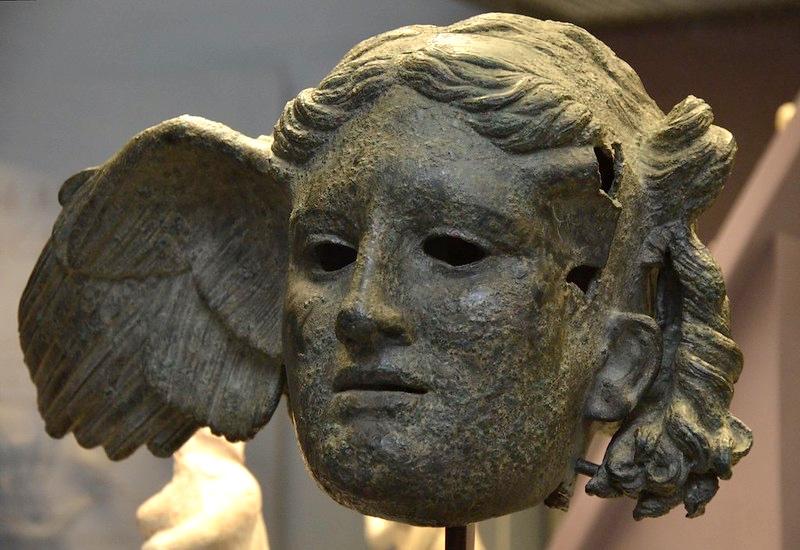 Grecy uważali sen za stan podobny śmierci – zgodnie zich mitologią Hypnos był bratem bliźniakiem Thanatosa. Także oni parali się interpretacją snów – m.in. wświątyni Apollina wDelfach, gdzie przyjmowały Pytie – kapłanki Apollina, znane ze swej sztuki wróżbiarskiej. Należy zaznaczyć, ze ich interpretacje często pozostawały niejasne iniezrozumiałe – bóg nawiedzał je wszak podczas narkotycznego transu. Na zdjęciu: rzymska kopia greckiego wyobrażenia Hypnosa znaleziona wCivitella d'Arno we Włoszech (dziś wBritish Museum), fot. Carole Raddato / Flickr, CC BY-SA 2.0
