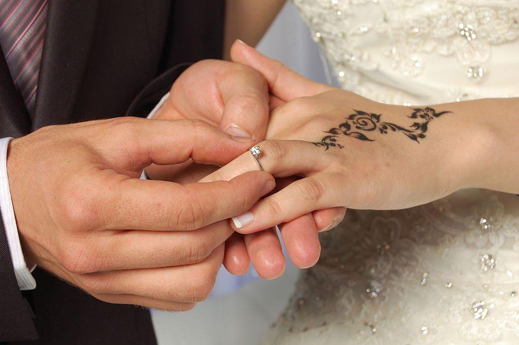 Dłonie przed ślubem ozdabia się henną. Fot. Vivaystn / Wikimedia, CC BY-SA 4.0