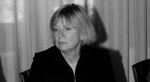 """Komisarzem nadzorującym likwidację szkód ipomoc mieszkańcom miasta została Elisabetta Spitz, architektka, była """"królowa nieruchomości"""", która przez 5 lat była szefową Agencji Mienia Państwowego, akolejne 5, do grudnia 2018 roku, pracowała wpublicznej spółce zajmującej się sprzedażą włoskich nieruchomości. Jej doświadczenie wsamej Wenecji jest spore, bo wlatach 1992–1999 piastowała stanowisko prezesa konsorcjum ds. ochrony obszarów zamieszkałych wWenecji, aw latach 2009–2010 pracowała jako konsultantka organu zarządzającego portem wWenecji. Obecnie wramach pomocy każdy poszkodowany wenecjanin ma otrzymać od komitetu doraźną pomoc wwysokości 5 tys.euro, akażdy sklep – 20 tys. euro."""