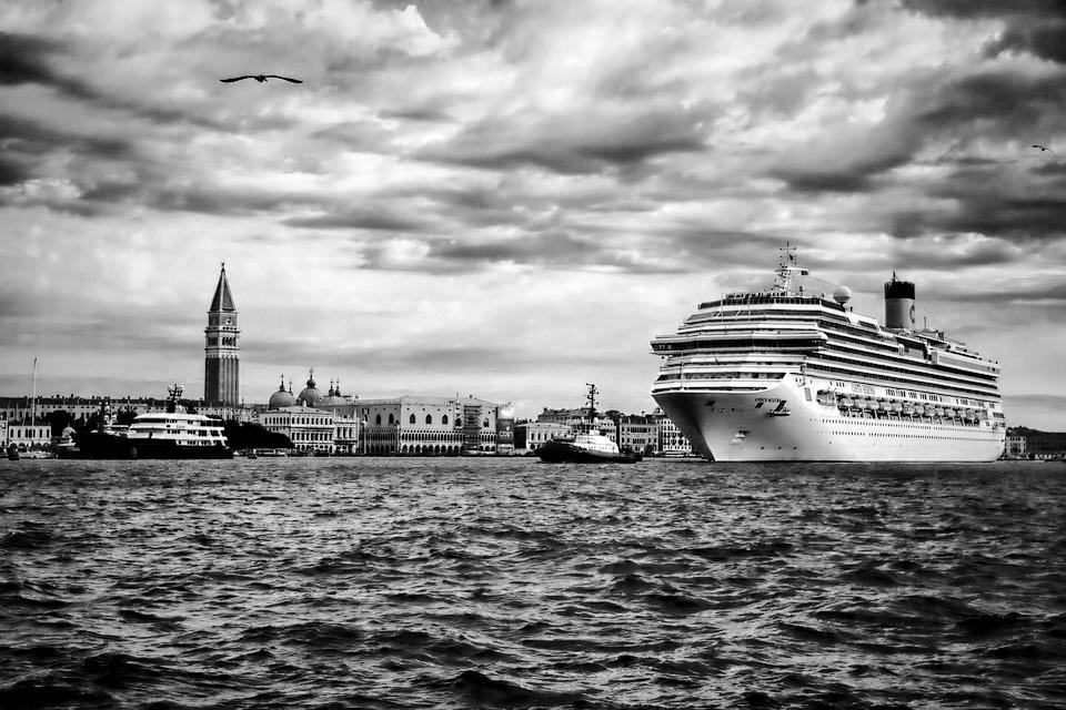 Od lat mówi się ozablokowaniu pozwolenia dla ruchu dużych statków wlagunie. Wśród innych potrzeb wymienić należy inwestycje wutrzymanie dróg, lokalne systemy ochrony, przywrócenie równowagi wlagunie, unikanie turystyki jako jedynej opcji utrzymania miasta, tworzenie przestrzeni dla wenecjan.