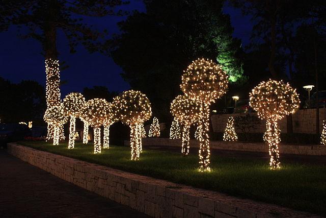 Dekoracje świąteczne wAtenach. Warto pamiętać, że koniec listopada to również czas dekorowania choinek wgreckich domach. Obowiązkowo muszą być one gotowe najpóźniej do 6 grudnia.