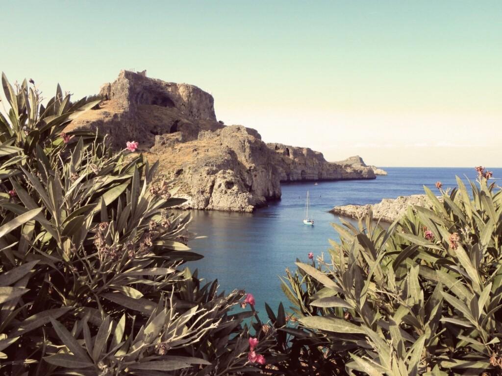 Rodos, czwarta co do wielkości wyspa grecka, leży na styku Morza Egejskiego zMorzem Śródziemnym. Ichoć geograficznie należy do Azji Mniejszej, serce iduszę oddała Europie. Ta śródziemnomorska piękność znajdowała się na szlaku handlowym łączącym kontynenty, toczono więc onią liczne boje.