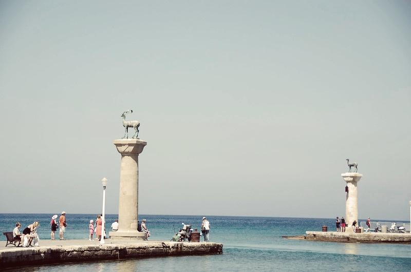 Dwie kolumny strzegące dzisiejszego wejścia do portu Rodos stoją być może wmiejscu, wktórym znajdowały się nogi Kolosa.