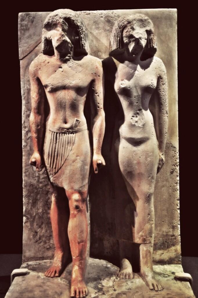 """Wśród egipskich mężczyzn panuje przekonanie, że ich żony """"należą"""" do nich, ponieważ po ślubie mąż iżona stanowią nierozerwalną całość ijedno ciało. Ztego między innymi powodu Egipcjanie należą do jednych znajwiększych śródziemnomorskich zazdrośników ipotrafią dosłownie wpaść wszał na widok innego mężczyzny przypatrującego się ich żonie. Oczywiście owa nierozerwalność nie przeszkadza bynajmniej wyznawcom islamu wchodzić wkolejne związki małżeńskie. Wsumie mają prawo do czterech żon, co wpraktyce rzadko się zdarza. Na zdjęciu: Hetep-seshat zmałżonką, ok. 2550–2450 r.p.n.e., Giza, fot. Schristia / Flickr, CC BY-SA 2.0"""
