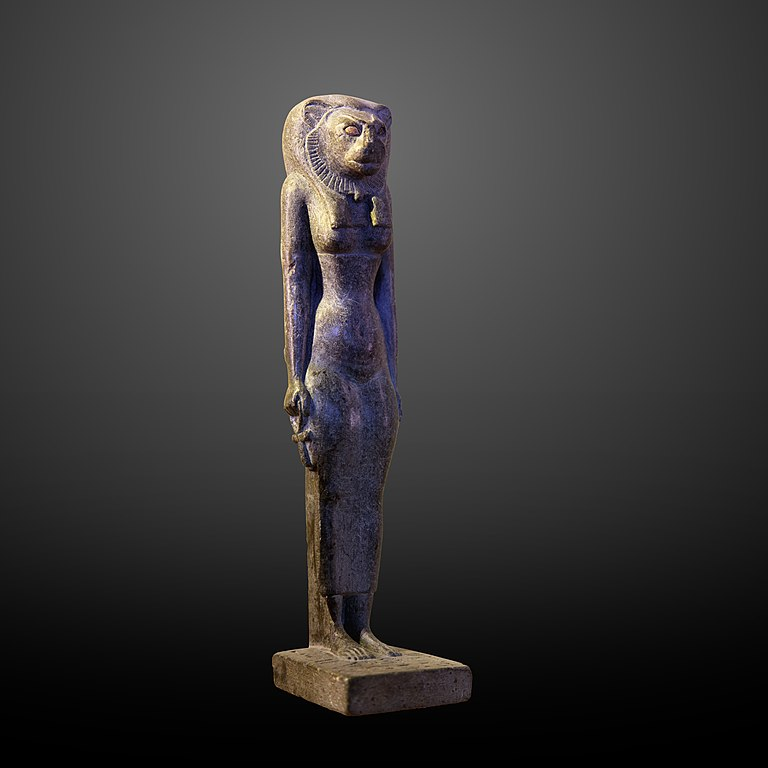 Egipcjanie kojarzyli giętkie ciało kota, atakże jego skrytość iskłonność do zdrad, z... kobietą. Dlatego drugie oblicze bogini Bastet, jako bogini płodności imiłości, miało bardzo erotyczny charakter.