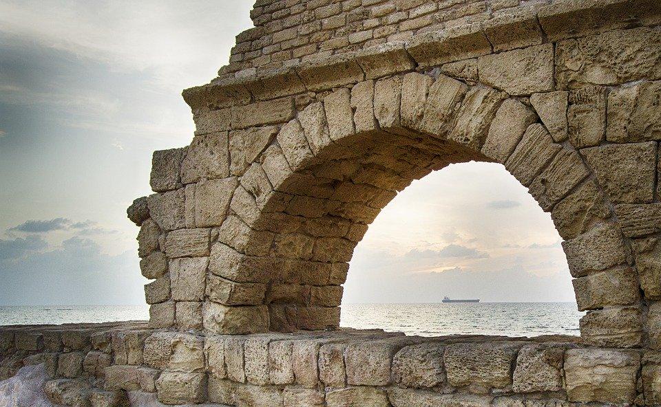 Aby dostarczyć mieszkańcom Cezarei wodę pitną, starożytni wybudowali kamienny akwedukt, który doprowadzał ją ze źródeł położonych kilkanaście kilometrów dalej na północ