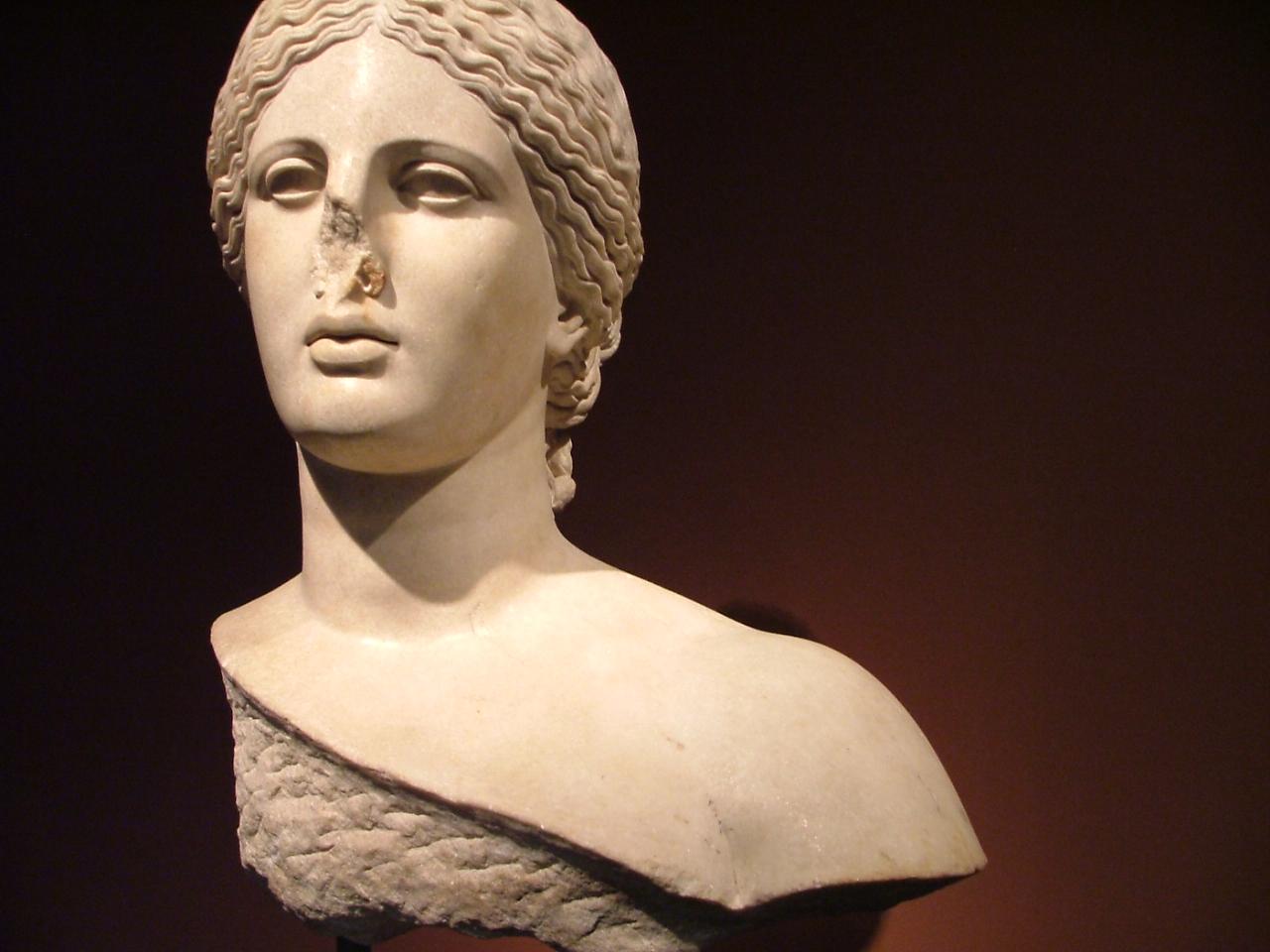 Głowa zArles, fragment rzymskiej rzeźby, najprawdopodobniej kopii posągu Fryne ze świątyni delfickiej