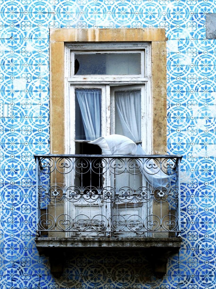 Warto wspomnieć również ojeszcze jednej teorii, która ma tłumaczyć pochodzenie nazwy azulejos: azul zarówno wjęzyku hiszpańskim, jak iportugalskim, oznacza kolor – niebieski.