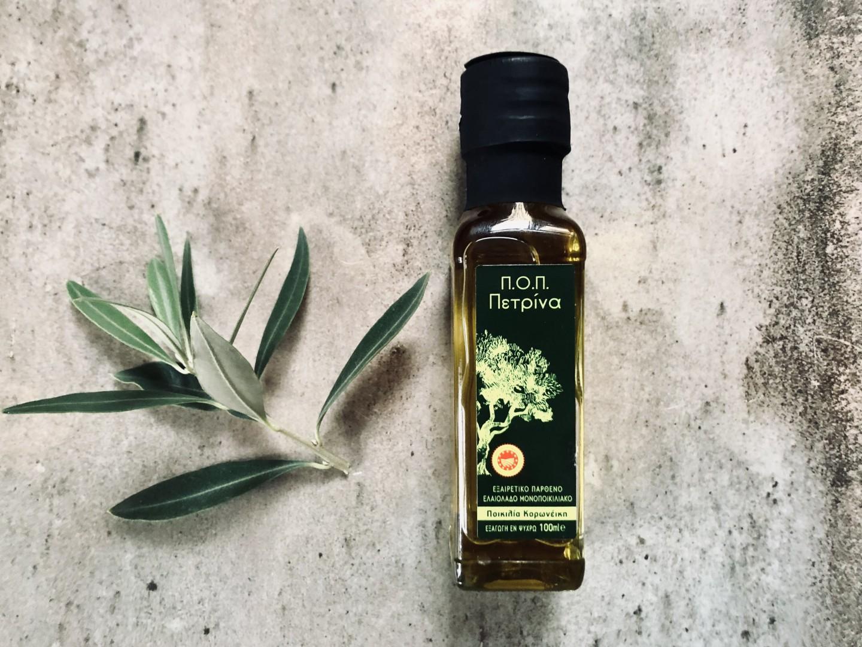 Panaceum, czyli lek na wszystko, to dla Greków m.in. oliwa zoliwek. Doskonała wkuchni, ma też świetny wpływ na urdoę imoże być stosowana włazience do zabiegów kosmetycznych, np. olejowania włosów. Nasze małe buteleczki greckiej oliwy Petrina sprawdzą się tu idealnie! Znajdziejsz je pod tym linkiem.