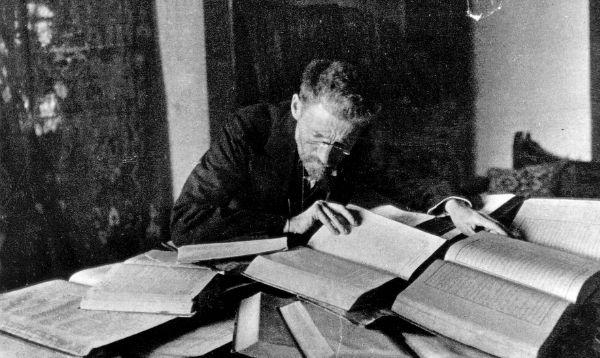 Ben Jehuda przy swoim biurku wJerozolimie, ok. 1912 roku