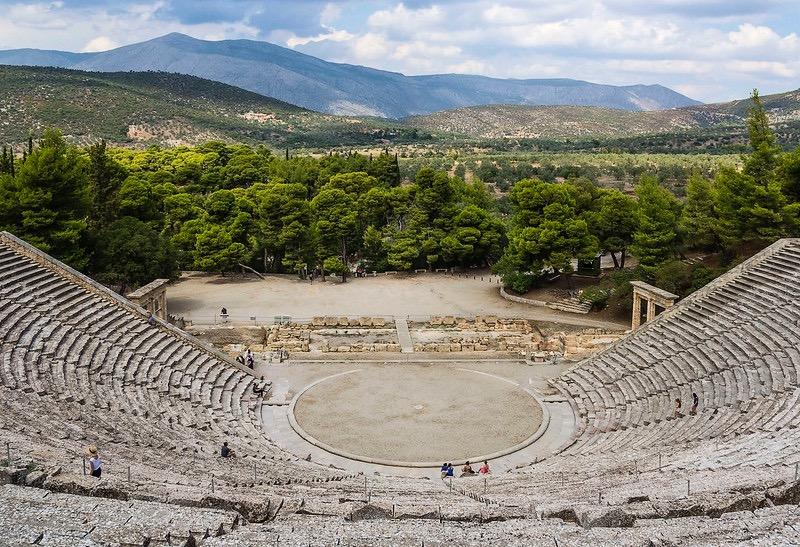 W teatrze wEpidauros, siedząc nawet wostatnim, 54. rzędzie widowni, można bez trudu odróżnić odgłos spadającej lekkiej iciężkiej monety, usłyszeć szelest przewracanej strony, czy nawet wdech iwydech występującego artysty. Fot. Guillén Pérez / Flickr,