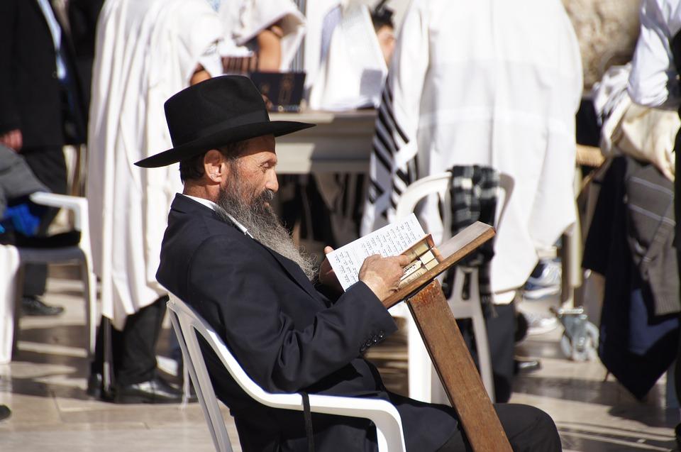 """Rabin Hayim Halevy Donin podkreśla, że terminy oznaczające Hebrajczyka, Izraelitę iŻyda były używane zamiennie. Biblia nazywa Abrahama Hebrajczykiem. Izrael to drugie imię Jakuba, wnuka Abrahama. Słowo """"Żyd"""" pochodzi od imienia Judy, syna Izraela. Nazwa Izrael określała wpewnym momencie cały naród icałą społeczność żydowską"""