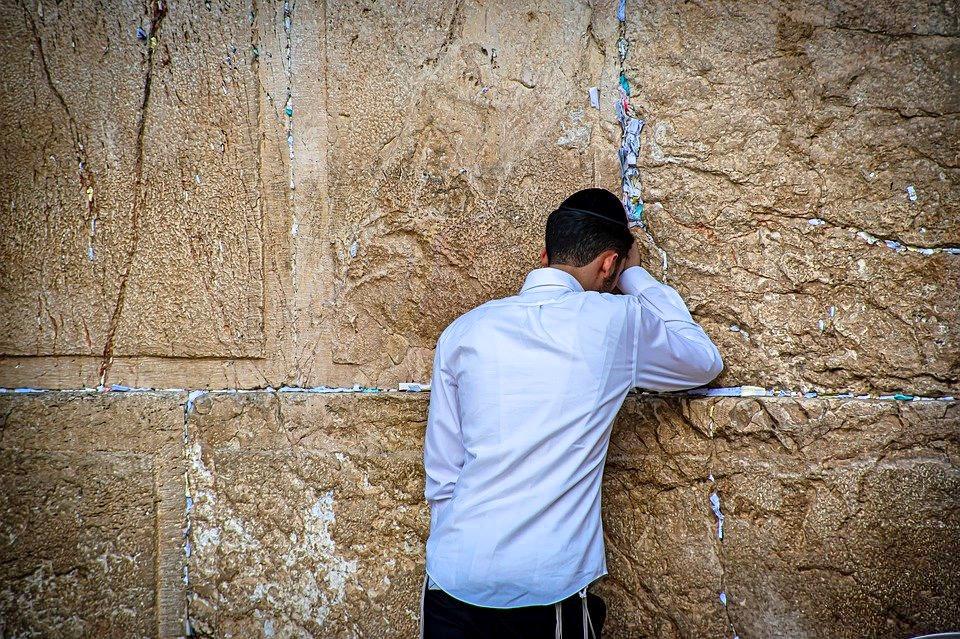 """Fragment """"Szema Israel"""": """"Słuchaj, Izraelu! Wiekuisty jest naszym Bogiem, Wiekuisty jest jedyny! Abędziesz miłował Wiekuistego, Boga twojego całym sercem twoim, icałą duszą twoją, icałą mocą twoją (…)"""".<br />"""