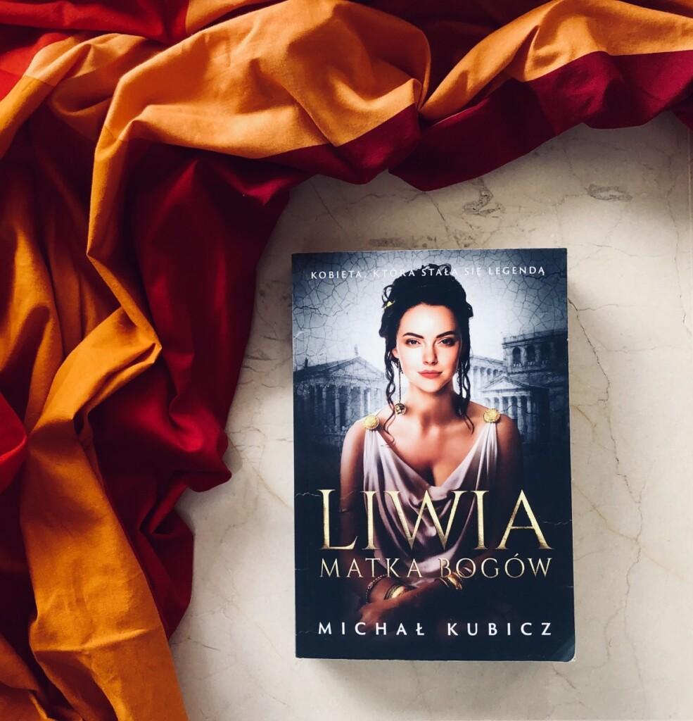 """Nie mam żadnej wątpliwości, że """"Liwia. Matka bogów"""" jest najlepszą z dotychczasowych książek autora. Poszczególne rozdziały otwierają fragmenty z pamiętnika Liwii Druzylli, uzupełniane następnie trzecioosobową narracją. Akcja powieści toczy się między innymi w Rzymie, na Sycylii oraz w Grecji."""