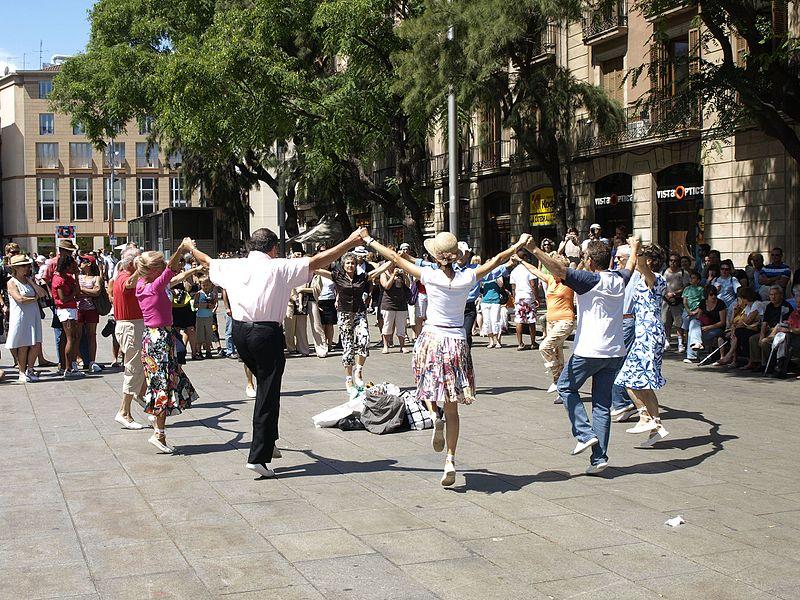 Sardanę zwykło się tańczyć wespadrylach. Fot. Itto Ogami / Wikimedia, CC BY 3.0