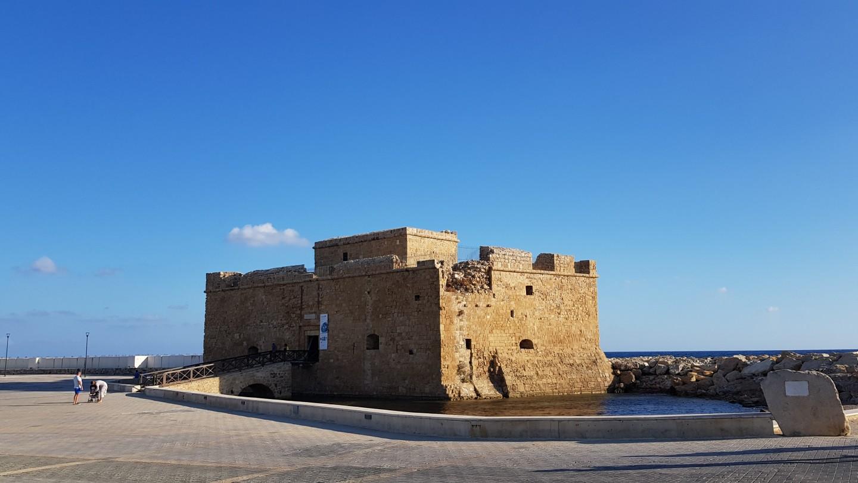 Historia niewielkiej budowli, jaką jest zamek wPafos, sięga czasów bizantyjskich. Wybudowany jako forteca, został zniszczony przez Wenecjan. Wczasach tureckich został odbudowany, by znów bronić dostępu do portu. Następnie znajdowało się tam więzienie imagazyn soli; dziś pełni głównie funkcje kulturalne