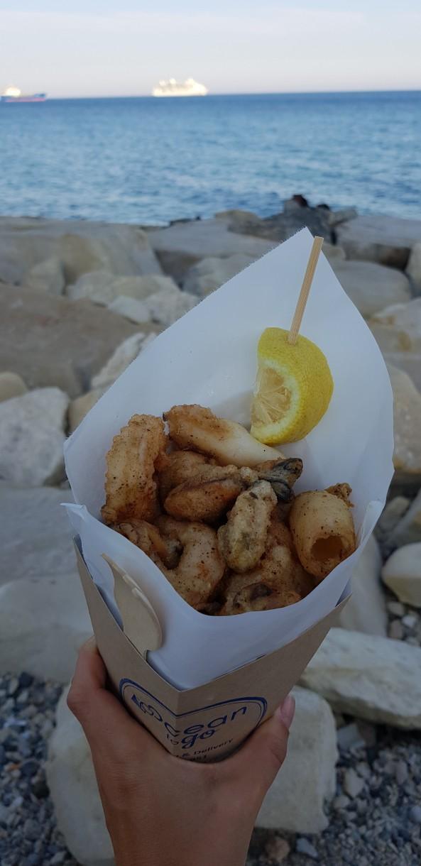 Cypr to prawdziwy raj dla miłośników dobrego jedzenia. Współczesna kuchnia cypryjska to swoista mieszanka wszystkieg,o co najsmaczniejsze wTurcji iGrecji. Warto sięgnąć po greckie klasyki jak mousaka czy souvlaki, spróbować tradycyjnego greckiego kebaba czy rozkoszować się wyśmienitymi owocami morza irybami wtowarzystwie świeżych, sezonowych warzyw iowoców