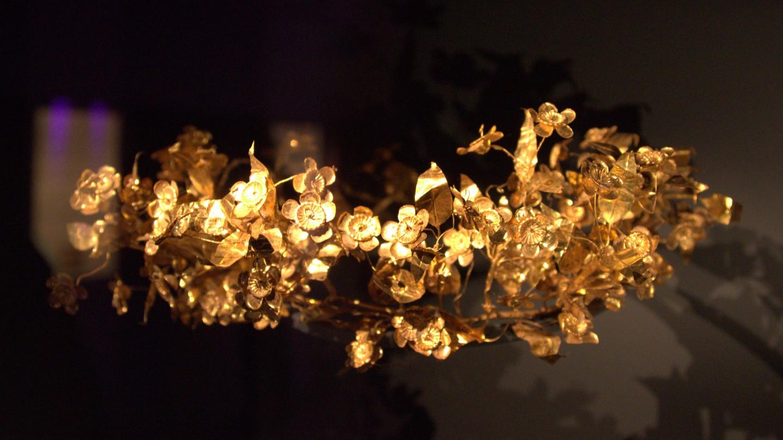 Nie do końca znana jest etymologia nazwy rośliny. Według niektórych legend, imię takie nosiła nimfa, która ośmieliła się zwyciężyć Atenę wzawodach sportowych; według innej wersji, roślina otrzymała nazwę od jednej zAmazonek, która walczyła zsamym Tezeuszem. Na zdjęciu: złoty wieniec mirtowy, Muzeum Archeologiczne wSalonikach