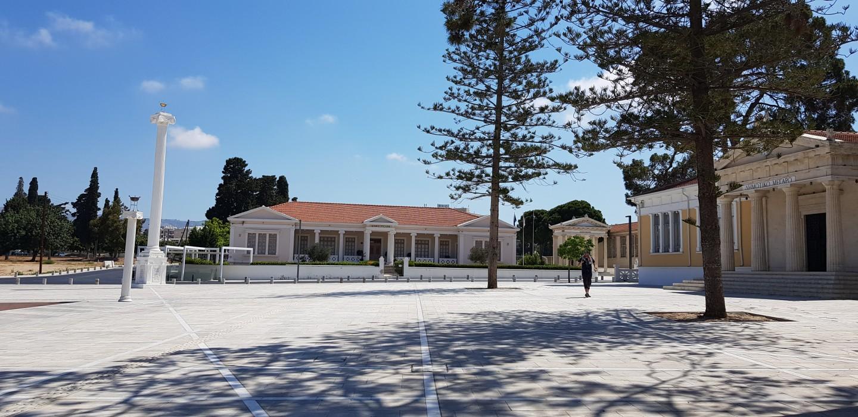 Skała Afrodyty znajduje się około 30 km od centrum Pafos (jadąc wkierunku Limassol). Miejsce to administracyjnie należy jednak jeszcze do miasta, więc można tam dotrzeć autobusem komunikacji miejskiej, akonkretnie linią 631. Koszt podróży wynosi zaledwie 1.5 euro wjedną stronę. To jedna znajpopularniejszych atrakcji turystycznych na Cyprze. Wsezonie można spodziewać się sporej liczby turystów