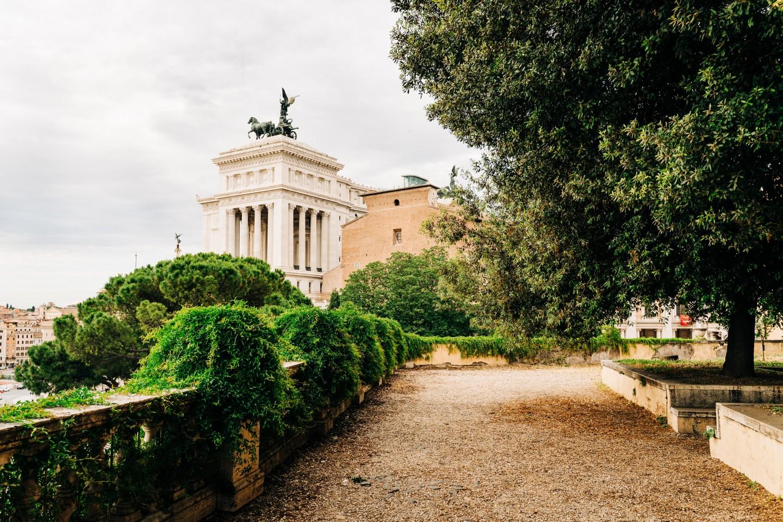 Za miasto mirtu uważano Rzym, gdzie krzew ten rośnie od niepamiętnych czasów. Jak pisze Maria Immacolata Macioti, Romulus posadził na Kapitolu dwa mirty – jeden dla plebsu, drugi dla arystokracji. Na Forum od zawsze istniał starożytny ołtarz poświęcony Wenus Mirtejskiej, ajego gałązek używano podczas kwietniowych obchodów dies natalis miasta