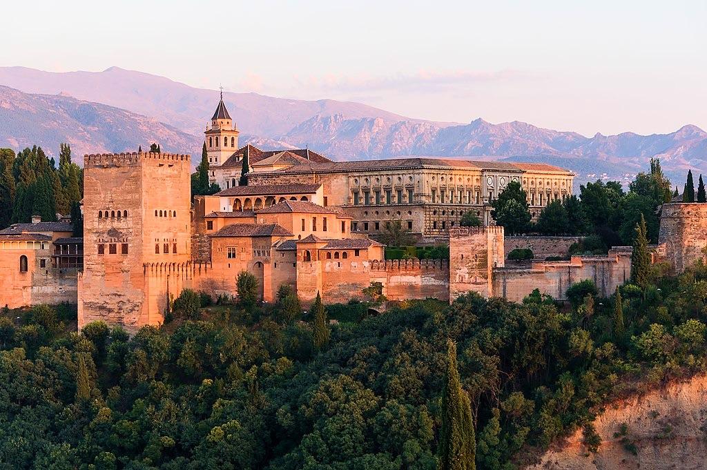 """Nie wiadomo, czy nazwa miasta Grenada (Granada) pochodzi od nazwy omawianego tu owocu; ciekawostką jest jednak, że Alhambra (tamtejszy zespół pałacowy) po arabsku znaczy """"Czerwona"""" – jak granat..."""