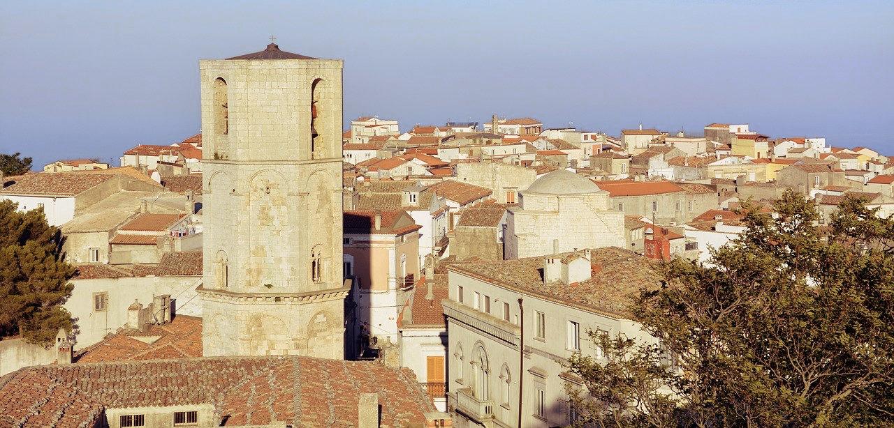 Monte Sant Angelo jest położone na wzgórzu, 800 metrów nad poziomem morza. Najstarsza część miasta to średniowieczna dzielnica Junno. jej nazwa bierze się od mitycznego króla Pilunno, który czczony był przez okolicznych mieszkańców.