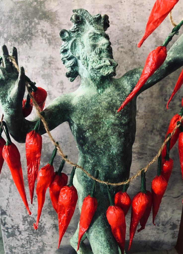 Neapolitańczycy łączą religię zprzesądem. Na zdjęciu: przynoszące szczęście neapolitańskie papryczki iposąg Fauna zPompejów. Papryczki kupisz unas wsklepie
