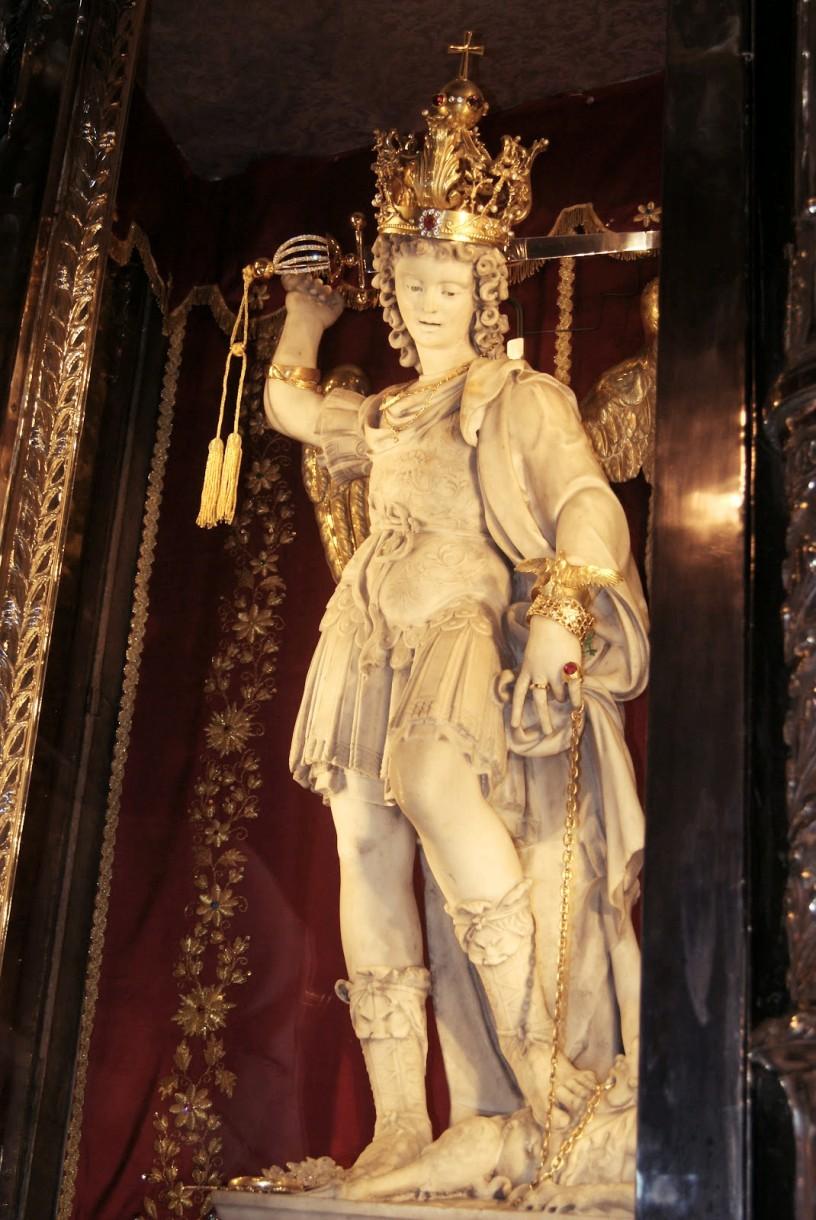 Figura św. Michała Archanioła, która znajduje się wprezbiterium sanktuarium, została wykonana w1507 roku przez Andreę Cantucciego. Skrzydlata postać wstroju rzymskiego legionisty ma 130 cm izostała wykuta zbiałego marmuru zCarrary