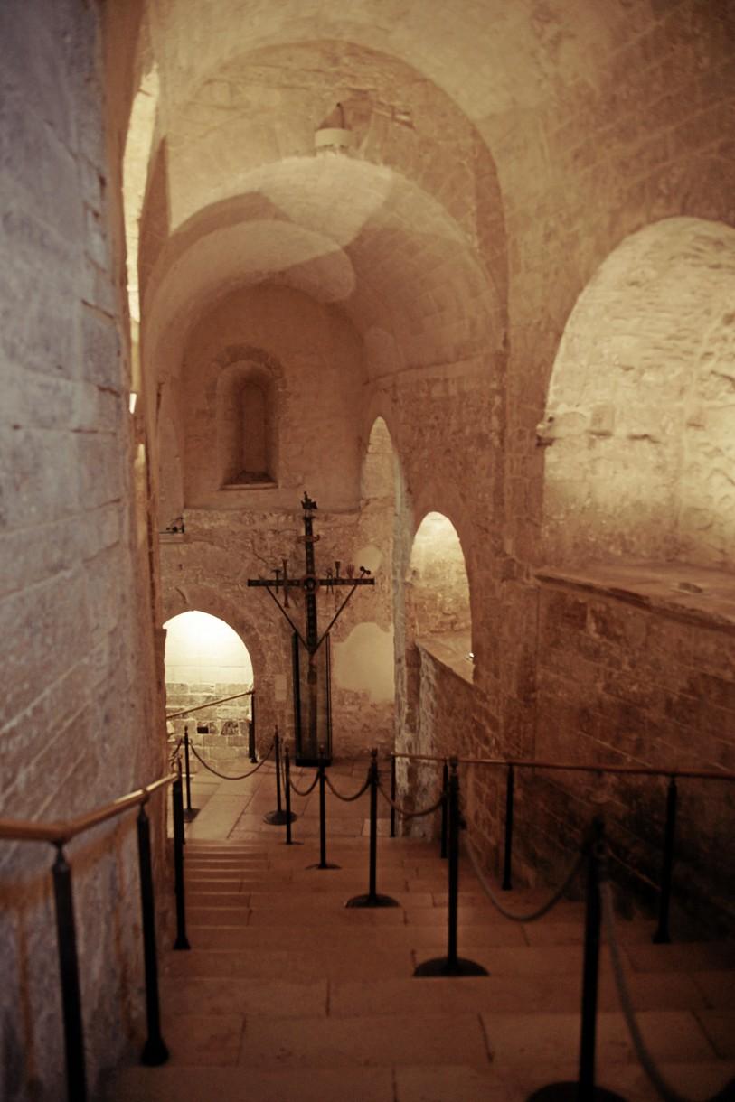Sanktuarium św. Michała zachwyca wyjątkową, nietypową architekturą. Wzwiązku zjego położeniem wgrocie, do jego głównej części schodzi się po majestatycznych, XIII-wiecznych schodach. Wdrodze do prezbiterium można zachwycać się licznymi dziełami sztuki, sięgającymi VI wieku