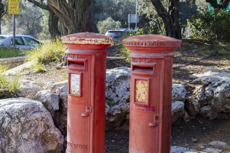 Po Brytyjczykach Izraelczycy odziedziczyli gustowne czerwone skrzynki pocztowe